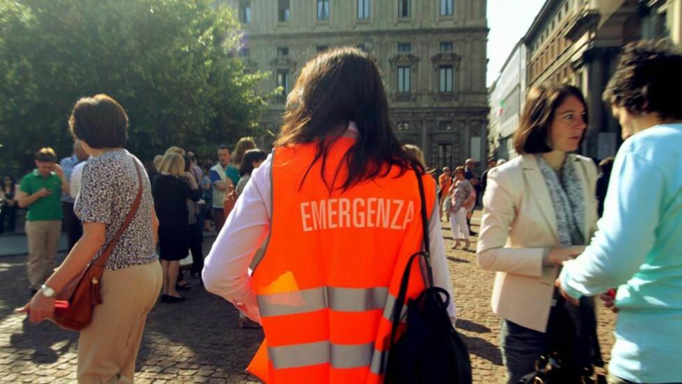LØP UT: Akkurat som i Bologna løp folk ut i gatene i Milano da jordskjelvet rammet. Foto: EPA/SALMOIRAGO PAOLO/NTBScanpix