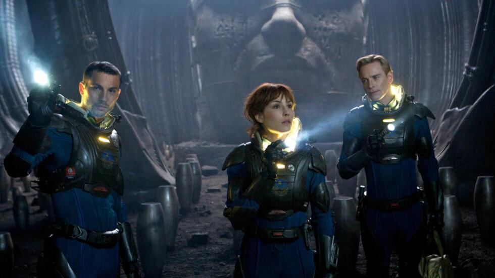 DYSTERT: Logan Marshall-Green, Noomi Rapace og Michael Fassbender omgitt av noen væskende kjegler i «Prometheus».