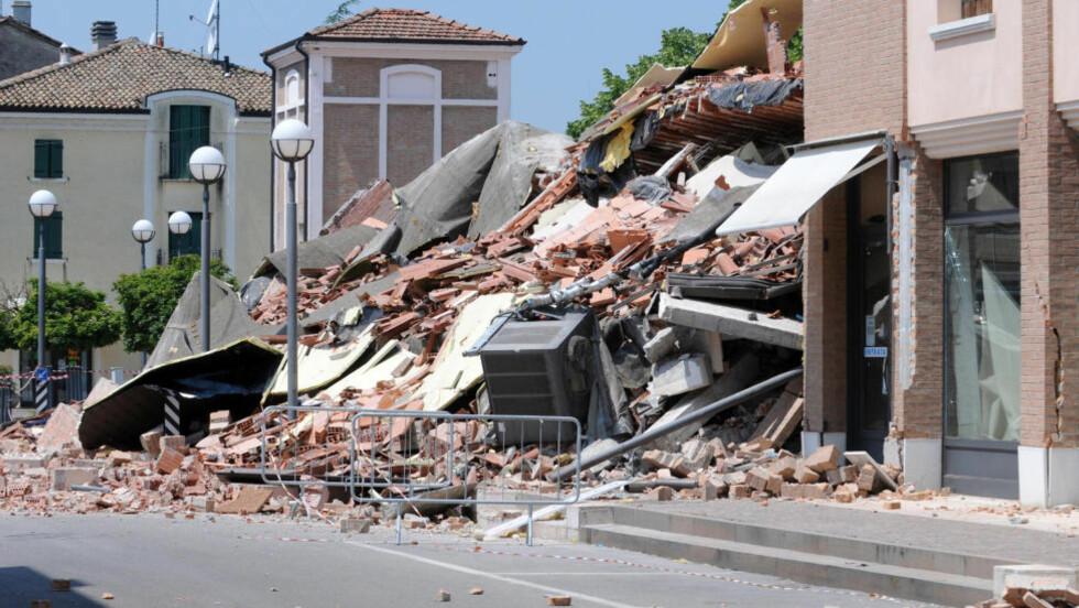MINST 15 DØDE:  Minst 15 personer har mistet livet i jordskjelvet som rammet Nord-Italia i dag. Her fra en sammenrast bygning i Cavezzo Foto: AP Photo/Gianfilippo Oggioni, Lapresse/Scanpix