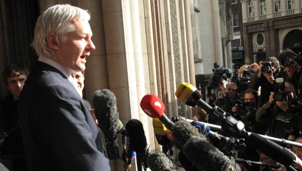 SISTE RUNDE: Julian Assange (40) er inne i siste rettsrunde før han kan bli sendt til Sverige for å bli avhørt om anklagene om seksuelle overgrep. Her kommenterer han utvisningskjennelsen i High Court overfor verdenspressen utenfor Royal Courts of Justice i London i fjor høst. Foto: Gunnar Ringheim