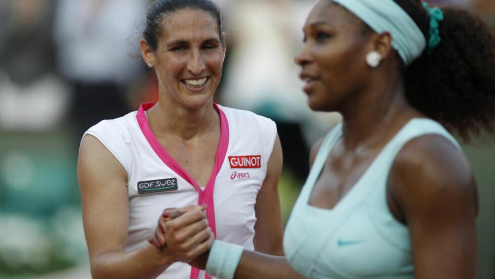 OVERRASKELSE: Hjemmehåpet Virginie Razzano ble overraskende for sterk for Serena Williams i første runde i Roland-Garros. Foto: SCANPIX/REUTERS/Benoit Tessier