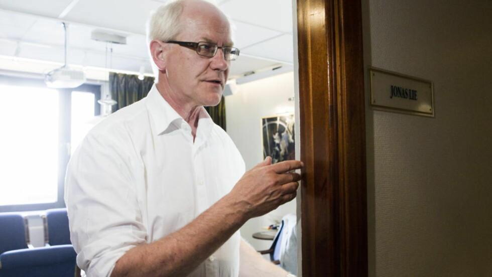 MEKLINGSMANN: Meklingsmann Geir Engebretsen lukker døren til meklingsmøtet torsdag ettermiddag, der partene i Oslo Kommune forsatt ikke hadde kommet til enighet. Foto: Berit Roald / NTB Scanpix