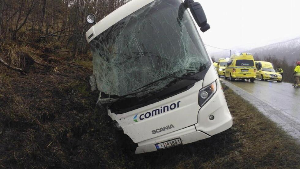 TO OMKOM: En buss kjørte av veien i Øvergård i Balsfjord i Troms på mandag. En buss og en personbil, til sammen 30 personer, er involvert i ulykken. Foto: Politiet / NTB scanpix