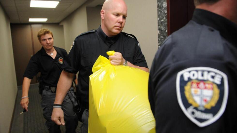 FOT I POSTEN:  Her tar politiet i Ottawa i Canada med seg pakken med en blodig fot som ble sendt til at partikontor den kanadiske hovedstaden: Foto: AP Photo/The Canadian Press, Sean Kilpatrick/Scanpix