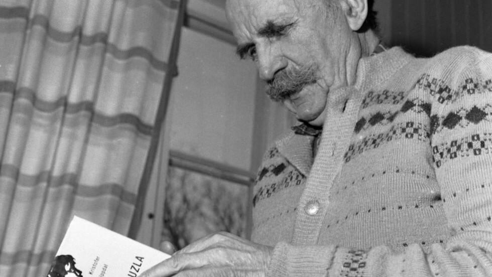 «PJAT OG TØV»: «Bøkene må være fylte med pjat og tøv, intetsigende som leserne. Litt søtladen sentimentalitet virker beroligende deilig — som morfin», skrev Kristofer Uppdal i 1913. Han diktet i fattigdom og var stolt av det. Foto: Aage Storløkken/Aktuell/NTB Scanpix