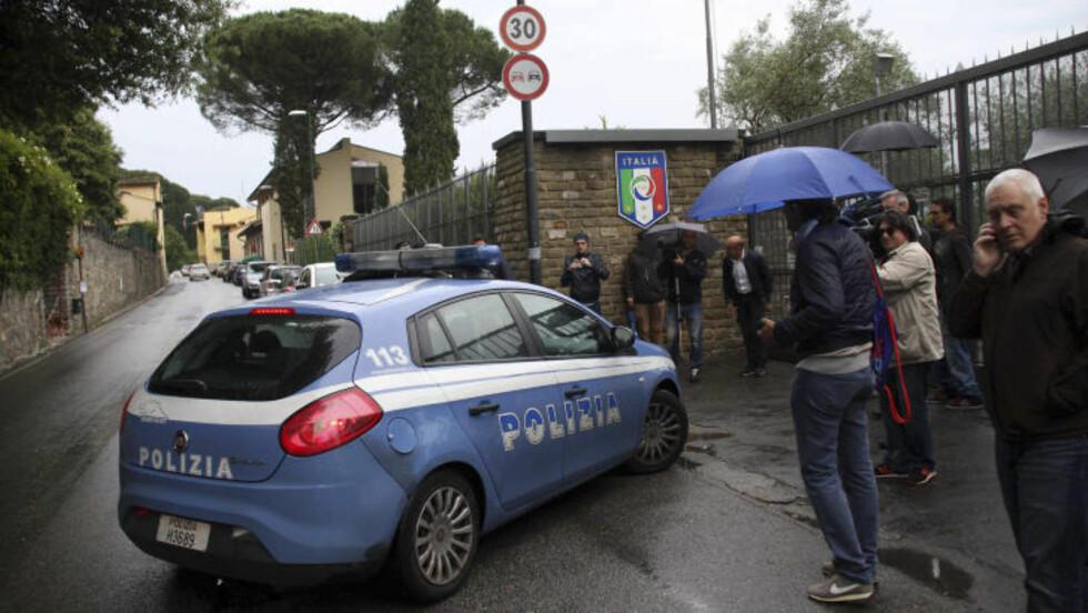 RANSAKET ROMMET: Politiet troppet mandag opp på stedet der den italienske troppen ladet opp til EM. Der ransaket de rommet til Domenico Criscito, som rett etter ble vraket.Foto: (AP Photo/Matteo Bovo, Lapresse)