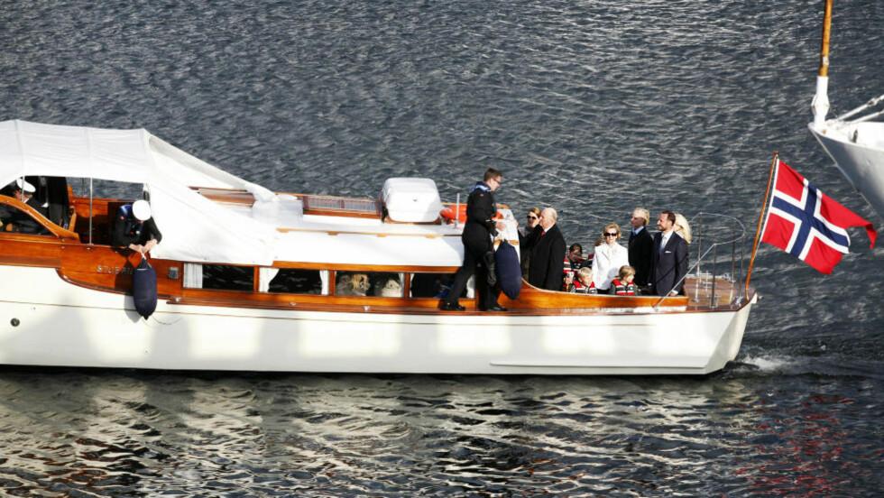 KOM I BÅT: Kongefamilien ankom i båt til operataket. Foto: Jonas Sverrisson Rasch / Dagbladet