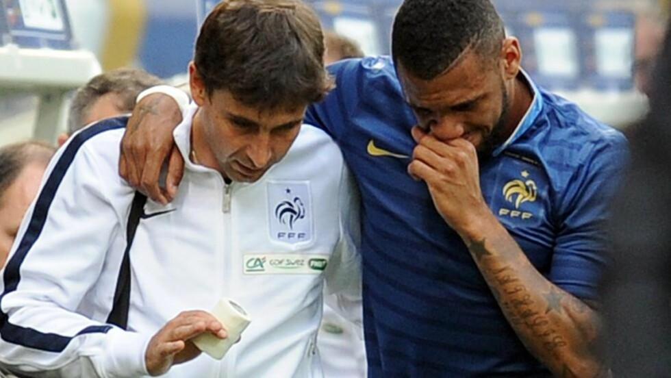 FRYKTER DET VERSTE: En gråtende Yann M'Vila måtte gi seg etter bare fem minutter, og franskmennene venter nå i spenning på skadestatus med kort tid til EM. Foto: SCANPIX/AFP/FRANCK FIFE