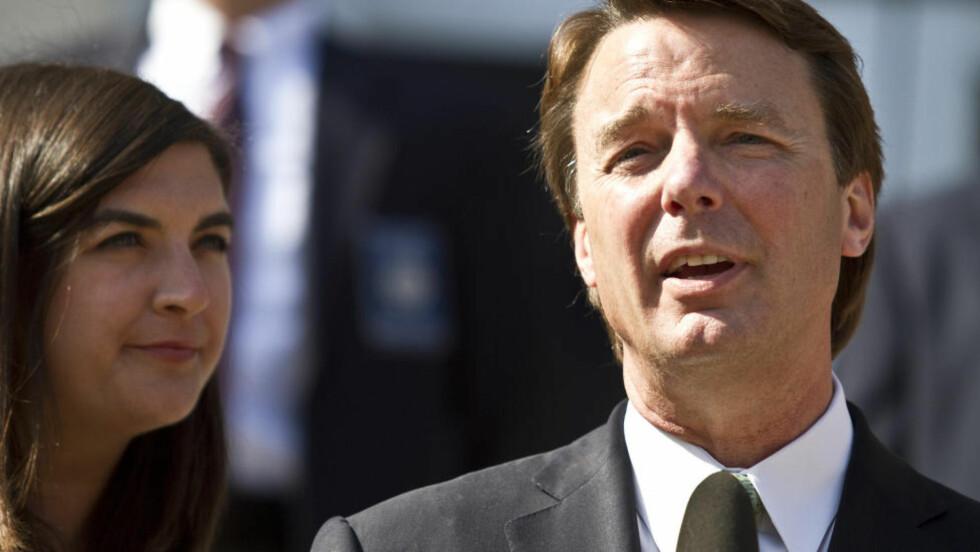 Med datteren ved sin side, holdt John Edwards en uttalelse etter frikjennelsen. Foto: REUTERS/John Adkisson/SCANPIX
