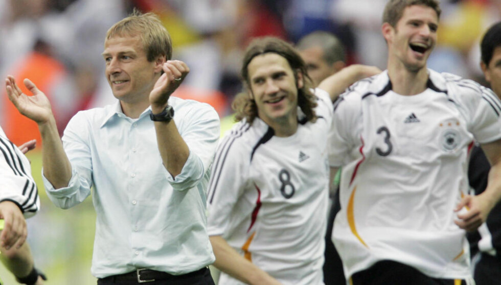 ET NYTT TYSKLAND? Jürgen Klinsmann (t.v.) brakte tilsynelatende med seg nye ideer og en ny offensiv giv da han tok over det tyske landslaget før VM på hjemmebane i 2006. Dette var starten på prosjektet med å skape en aura rundt laget som produserer både sympati og tidvis entusiasme. Foto: Thomas Kienzle/AP/NTB Scanpix