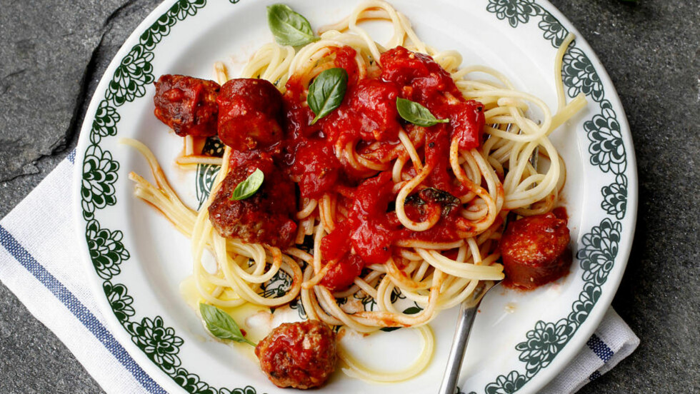 Middagen i boks: Kast hermetikken og lag Capri'en selv - spaghetti og raust med tomatsaus, gode pølser og hjemmelagde kjøttboller.