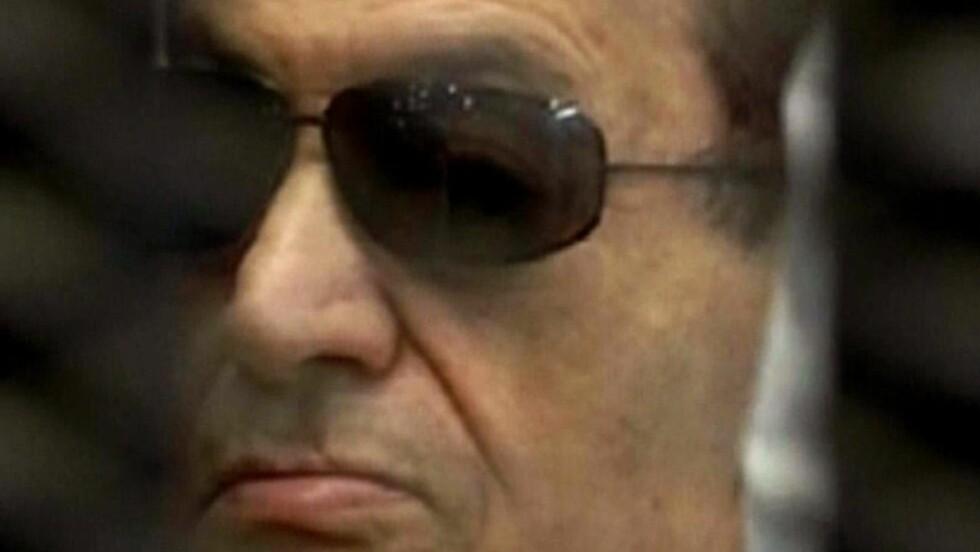 I RETTEN: Dette bildet fra Egypts statlige TV-kanal viser den sparkede presidenten Hosni Mubarak i et bur i retten idag, før han fikk vite dommen. Foto: AFP/Egyptisk TV.