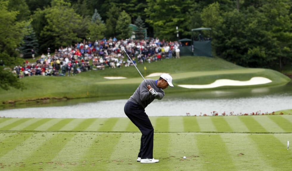 TILBAKE I SLAG: Golfstjernen Tiger Woods viste glimt av gammel storhet da han spilte seg opp i tetsjiktet under PGA-turneringen i Dublin, Ohio fredag. Foto: REUTERS/ John Sommers II / NTB Scanpix