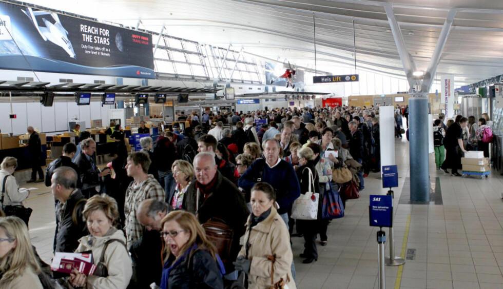 STAPPFULLT: Det har vært lange køer fram til sikkerhetskontrollen på flere flyplasser i dag. Her på Værnes lufthavn har det vært hele ettermiddagen - som forventet. Foto: Tor Aage Hansen / Scanpix