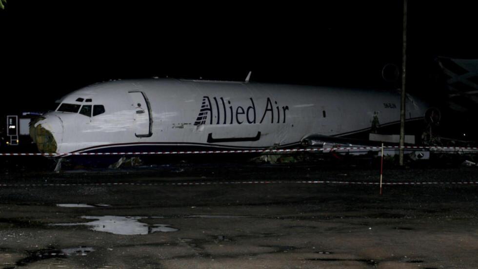 VRAKET: Boeing 727-flyet er sperret av på veien nær flyplassen i Accra. Foto: AP Photo/Christian Thompson/NTBScanpix