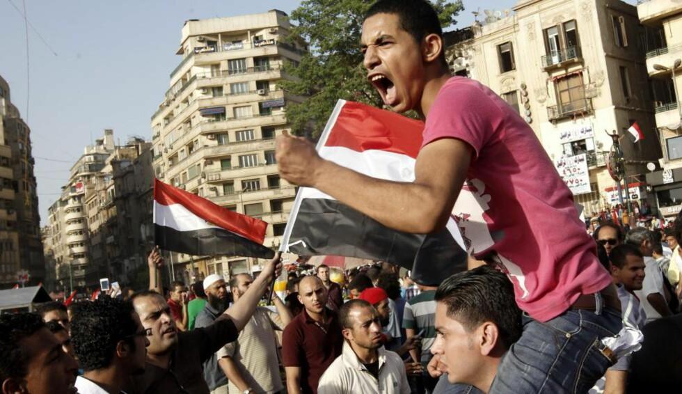SINTE: Det har vært anti-Mubarak demonstrasjoner flere steder i Egypt etter at den tidligere presidenten fikk sin dom. Dette bildet er fra Tahrir-plassen i Egypt i går. Foto: TOPSHOTS/AFP PHOTO/MOHAMMED ABED/NTBSCANPIX