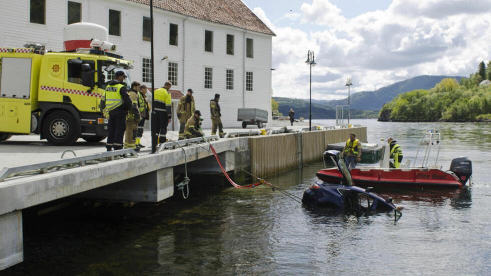 REDNINGSAKSJON: En større redningsaksjon ble igangsatt da en bil havnet i sjøen ved  Bjørsvik kai i Lindås kommune i Hordaland i går formiddag. Foto: Remi Presttun/NTB scanpix
