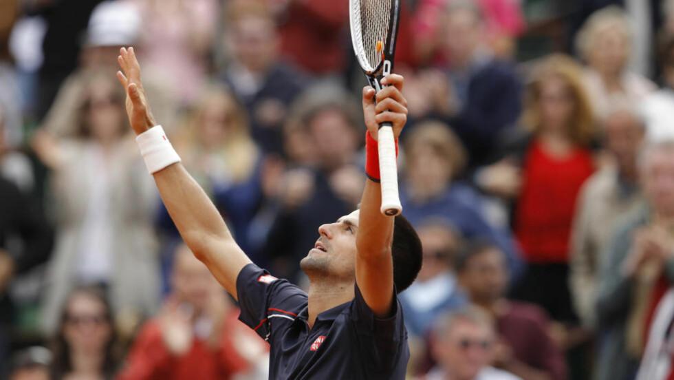 KJEMPET SEG VIDERE: Novak Djokovic strekker armene i været etter den dramatiske femsetteren mot italienske Andreas Seppi. Foto: SCANPIX/REUTERS/Benoit Tessier