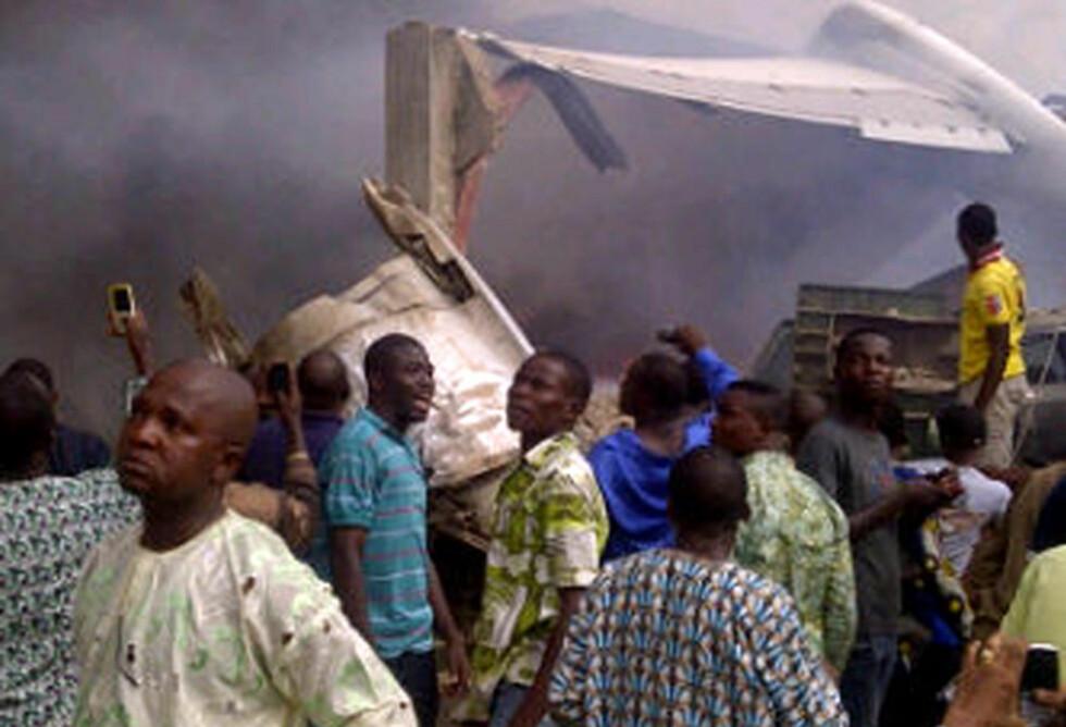 SMADRET:  Det fryktes at rundt 150 mennesker omkom da passasjerflyet krasjet rett inn i et nabolag i Lagos i ettermiddag. Foto: AFP / CKN