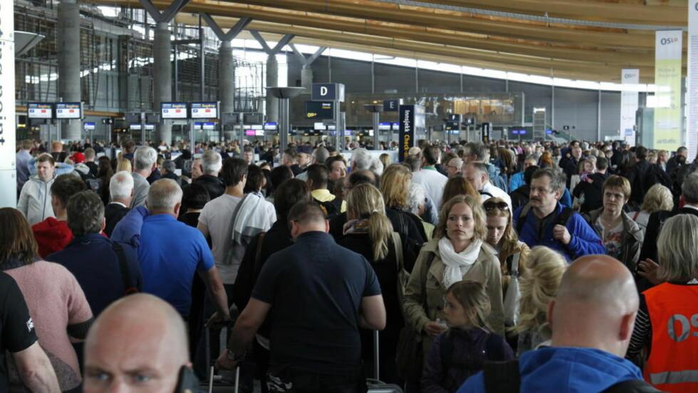 LANGE KØER:Køene til sikkerhetskontrollen på Gardermoen har vært lange i helgen. Nå melder NRK at partene i vekterstreiken møtes søndag kveld. Foto: Erlend Aas / NTB scanpix