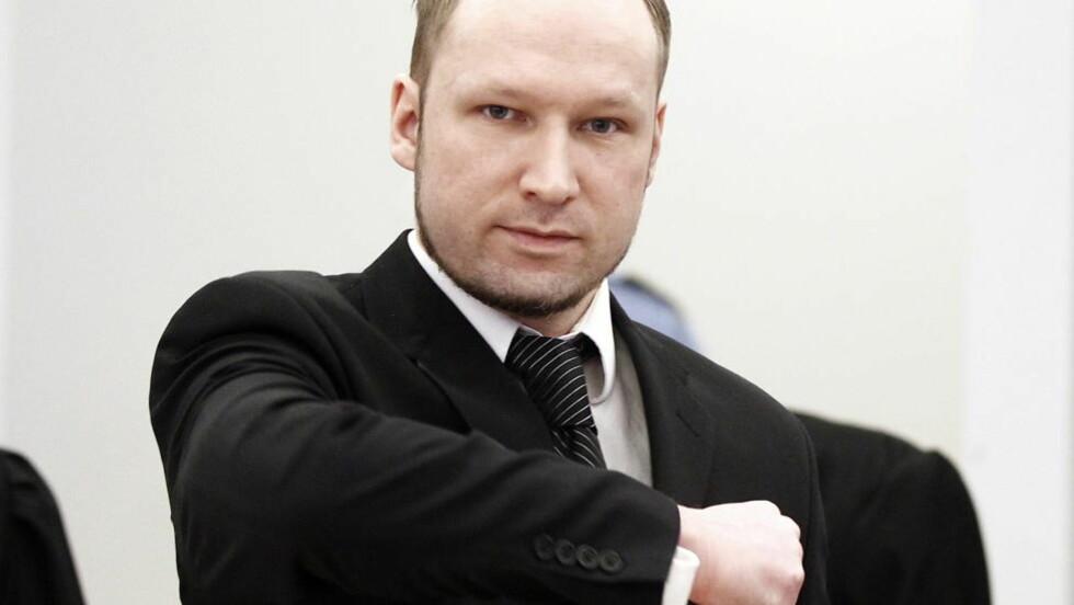 HILSEN: Tiltalte Anders Behring Breivik gjør høyreekstrem hilsen i sal 250 i Oslo tinghus på tredje dag av rettssaken der han står tiltalt for terrorangrepet i Oslo og på Utøya 22. juli 2011. Foto: Lise Åserud / Scanpix