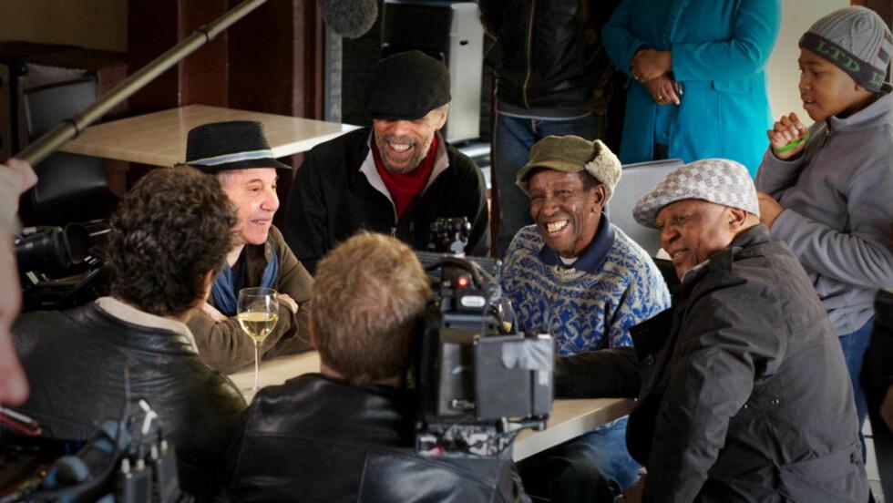 25 ÅR SENERE: Fra innspillingen av «Under African Skies», som følger med jubileumsutgaven av Paul Simons «Graceland». Her mimrer Simon med Tony Cedras, Barney Rachabane og Bakithi Kumalo. Foto: Sony Music