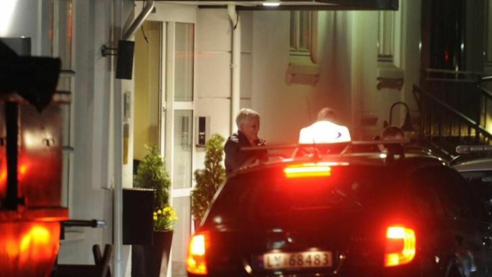 SANDEFJORD:  Marie Madeleine Larsen blir hentet av Vestfold-politiet på et hotell i Sandefjord i mars. Politi fra et annet distrikt ville prate med henne. FOTO: LASSE LJUNG/NYHETSFOTO.