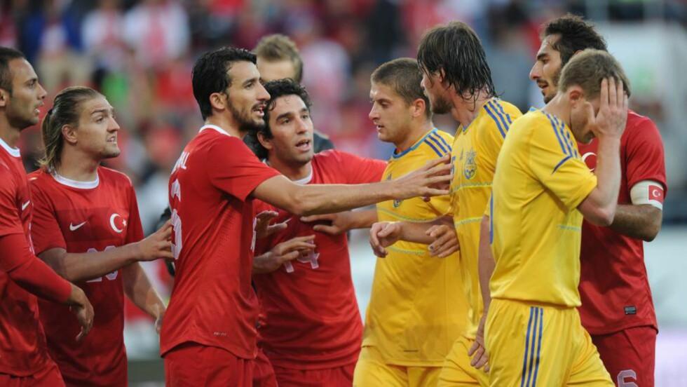 FIKK DET TØFT: De ukrainske spillerne fikk det tøft på flere måter i kampen mot Tyrkia. Ikke bare tapte de i generalprøven; flere spillere sliter også med magetrøbbel.Foto: EPA/MARC MUELLER/NTB scanpix
