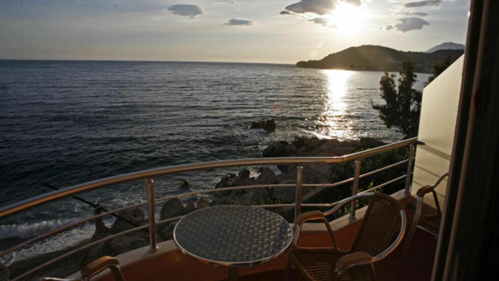 IDYLL: Hotellprisene i Albania er 78 prosent lavere enn i Norge. Dette er utsikten fra et bed & breakfast-sted i Himare. Prisen for tremannsrommet er 270 kroner pr. natt. Foto: EIVIND PEDERSEN