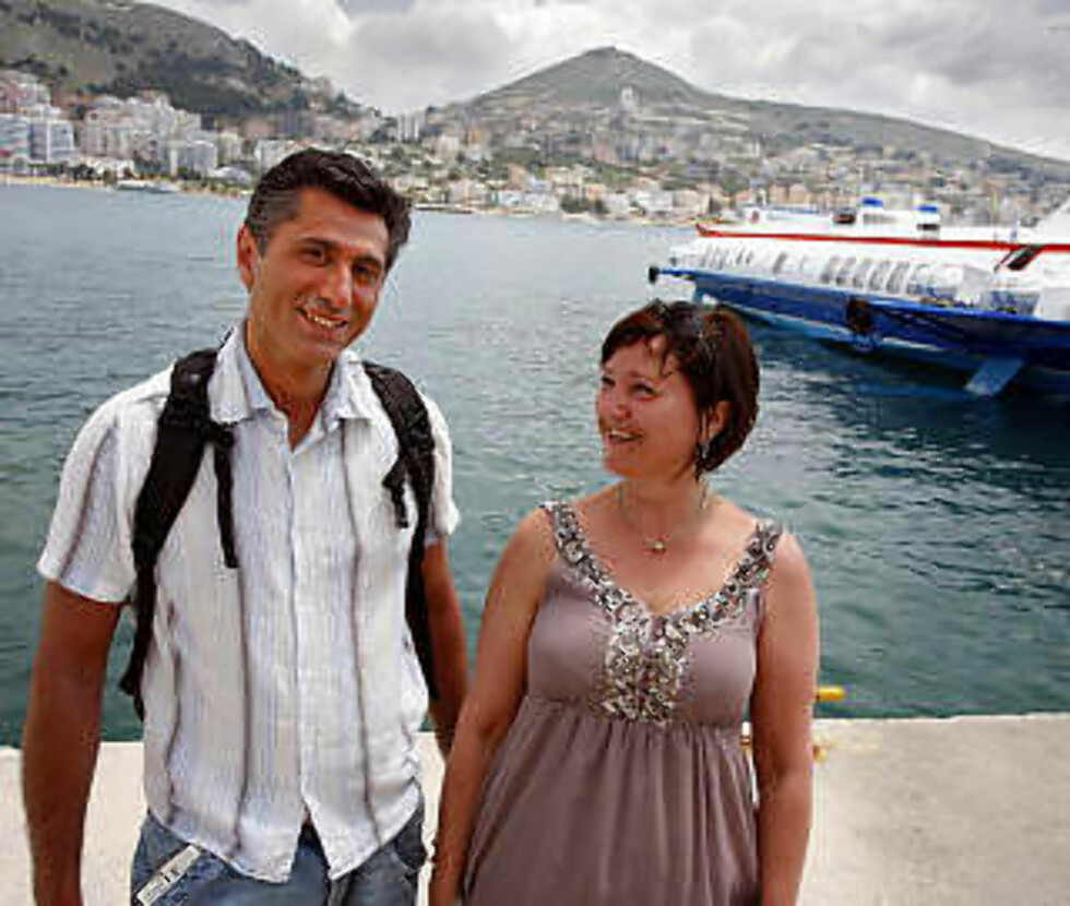 BOLIGKJØPER: Bergenskvinnen Eva Griple Svalland (52) dro sammen med svogeren Sirus Seraji (48) på leilighetsjakt i havnebyen Saranda. Etter en uke fant hun drømmestedet. Til høyre ligger hydrofoilbåten, som bruker en halvtime til greske Korfu. Foto: EIVIND PEDERSEN