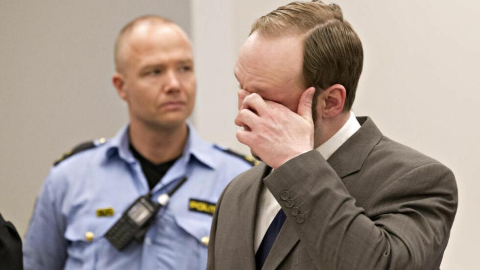 UTE ETTER Å LATTERLIGGJØRE: Anders Behring Breivik skrudde teatralsk av mikrofonen i retten. Foto: Torbjørn Berg / Dagbladet