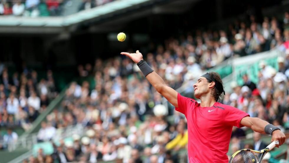INGEN NÅDE: Rafael Nadal viste ingen nåde og sendte ut landsmann Nicolás Almagro i kvartfinalen. Foto: EPA/IAN LANGSDON/NTB scanpix