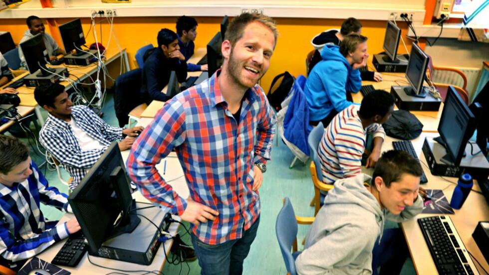 OVERVÅKER ELEVENE: Flere og flere lærere får tekniske løsninger som gjør det letter å se hvor mye tid elevene bruker på oppgaver, hvilke oppgaver de sliter med og hvor de trenger ekstra hjelp. Én av skolene som har startet å bruke denne formen for teknologi er Haugenstua ungdomsskole i Oslo. Der bruker de matematikkprogrammet «Kikora». —Hovedpoenget med slike programmer er at de er pedagogiske gode og til hjelp for elevene, sier mattelærer Are Enger. Foto: Jacques Hvistendahl / Dagbladet
