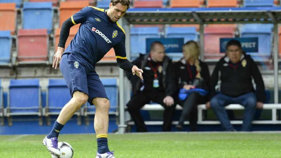 KAN REKKE KAMPEN: Johan Elmander har slitt med skade, men kan likevel rekke Sveriges åpningskamp mot Ukraina mandag. Foto: AP Photo/Anders Wiklund