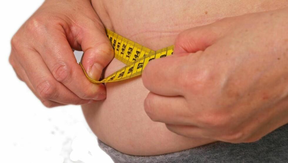 MÅLEBÅND: - Midjemål er et bedre mål på helseskadelig fedme enn BMI, sier lege Jøran Hjelmesæth.  Illustrasjonsfoto: Colourbox.com