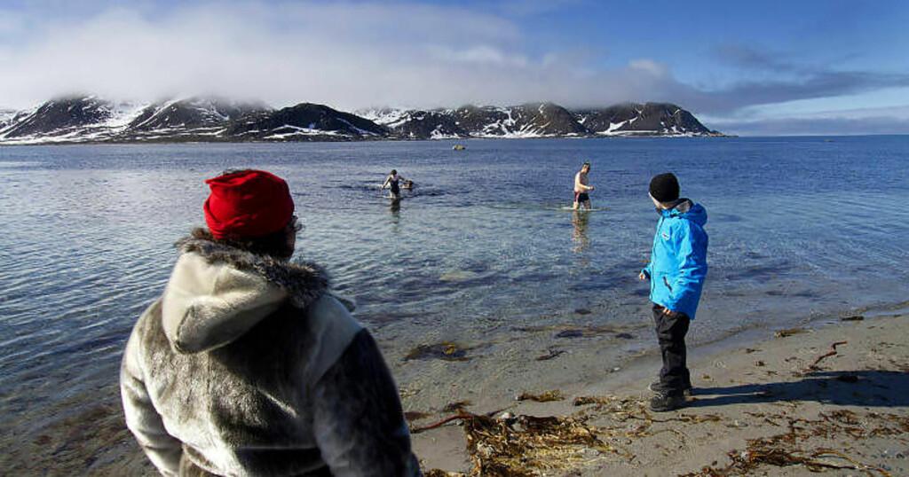 KALD FORNØYELSE: Ved Amsterdamøya på nordvestkysten av Spitsbergen bestemmer flere av passasjerene seg for å bade. Temperaturen i lufta er ti grader, i sjøen så vidt plussgrader. Foto: STIG BRØNDBO