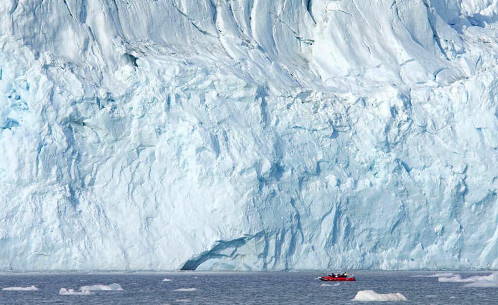 ISVEGG: Lilliehöökbreen reiser seg som en gigantisk vegg innerst i Lilliehöökfjorden, og om været tillater småbåtene å cruise langs breen, blir de enorme dimensjonene på breen tydelig. Foto: STIG BRØNDBO