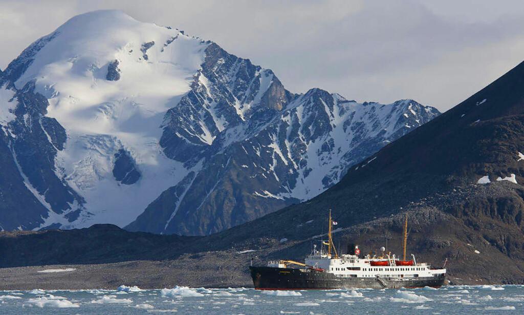 SLUTT ETTER 56 ÅR: I sommer cruiser hurtigruten MS «Nordstjernen» i nord for siste gang. Etter sesongen skal den selges. Foto: STIG BRØNDBO