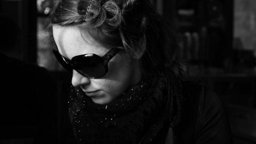 SØKENDE MAIPOET: «Eg vil skrive meg bort. Eg vil skive meg heim. Eg vil skrive meg heil. Eg veit berre ikkje korleis.» Skriver Kirsten Opstad i intervjuet med månedens poet for mai. Foto: Rina Beldo