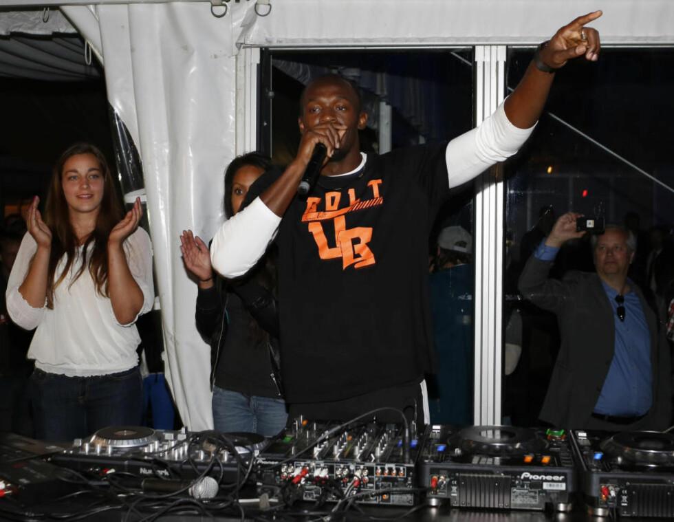 SPILL FOR GALLERIET: Det nærmeste Usain Bolt kom å feire seier og banerekord på Bislett, var å møte opp i VIP-teltet for å spille noen plater for syns skyld. Den lynraske jamaicaneren holder nemlig igjen til han føler han har full kontroll. Foto: AFP PHOTO / DANIEL SANNUM LAUTEN /NTB scanpix