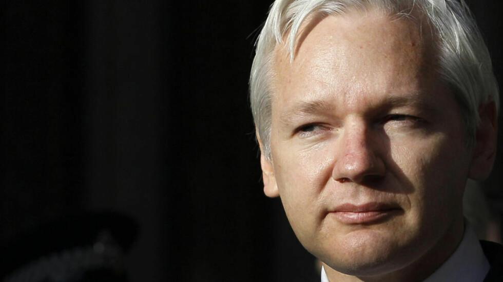 WIKILEAKS: USAs utenriksdepartement arbeidet døgnet rundt for å begrense skadene da WikiLeaks publiserte store mengder hemmeligstemplede amerikanske dokumenter. Her er WikiLeaks leder Julian Assange som taler til media utenfor High Court i London, 30. mai 2012. Foto: Kirsty Wigglesworth / AP Photo / NTB Scanpix