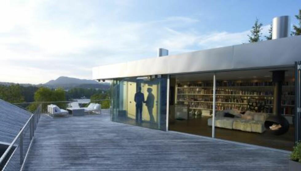 EN UNIK LØSNING: Den kombinerte stua/biblioteket er et rom du sjelden ser maken til.  Foto: Jeroen Musch
