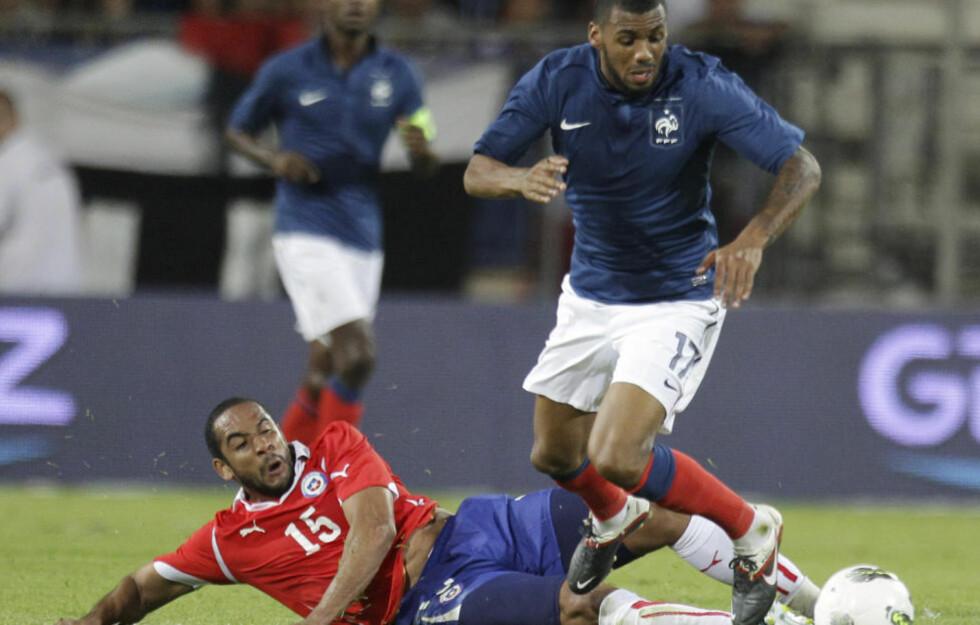 SKADD: Franske Yann Mvila regnes som en at de hotteste spillerne før EM, men franskmannen sliter med skade i ankelen før åpningskampen. Foto: AP Photo/Michel Euler
