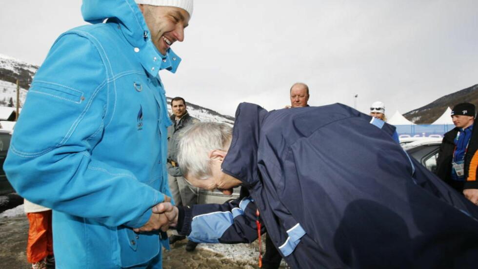 LIKE LURE?  Hvorfor skal ikke norsk idrett behandle Erik Tysse på samme vis den dopingdømte Andrus Veerpalu? Her gratuleres Andrus av smøreren sin Magne Myrmo etter OL-gullet i 2006. FOTO: ARNT E. FOLVIK / Dagbladet.
