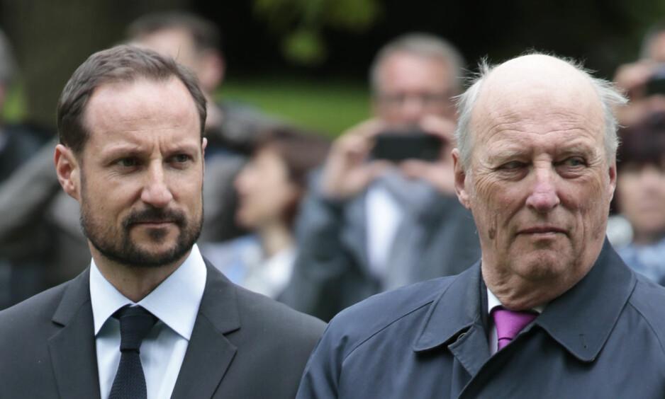 LAR HOFFET TA REGNINGA: Kronprins Haakon og kong Harald har latt hoffet dekke millioner av kroner i lønnsutgifter for drift og vedlikehold av sine private eiendommer i flere år. FOTO: LIse Åserud NTB SCANPIX