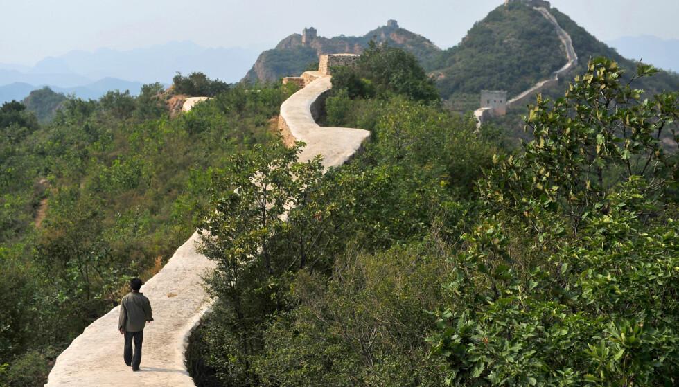 SYKKELSTI: Kinesiske myndigheter får det glatte lag etter at det har dukket opp bilder av reparasjoner gjort på en spesielt populær del av Den kinesiske mur. Foto: Chinatopix / AP / NTB Scanpix