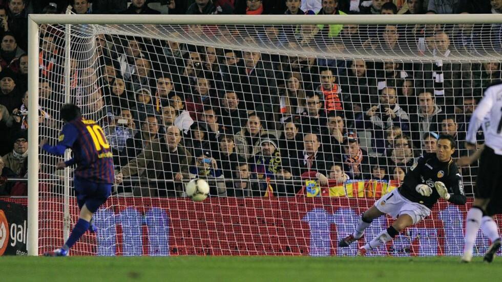 BOMMET: Messi skjøt i ballen i hjørnet hvor keeperen allerede lå og ventet. Foto: JOSEP LAGO/AFP/SCANPIX
