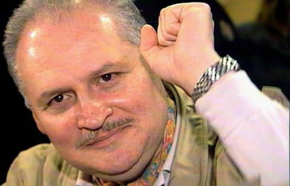 KNYTTER NEVEN:  Ilich Ramirez Sanchez, best kjent som sjakalen, knytter neven i retten i 2000. Sanchez var selvutnevnt «profesjonell revolusjonær». Foto: REUTERS/Thierry Chiarello