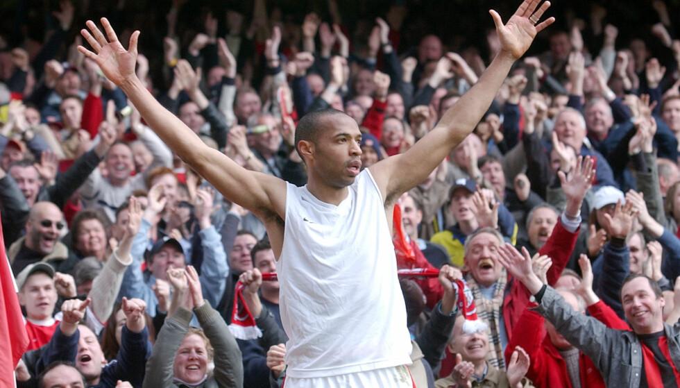 LEGENDEN: Thierry Henry feirer foran supporterne på Highbury. Foto: AP Photo/Adam Butler