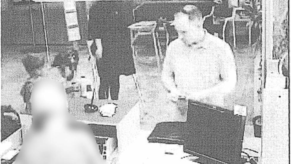 FÅR PENGEGAVER: Her tar Anders Behring Breivik ut penger i juli i fjor. Etter at han ble fengslet er han blitt tilsendt penger til fengselet, som er blitt stoppet.